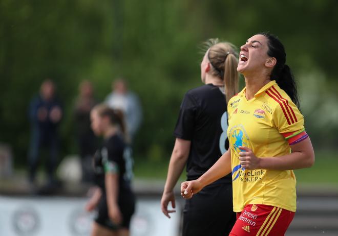 Tremålsskytten Maria Poli skriker ut sin lycka efter att ha satt 4-2 till Tyresö.