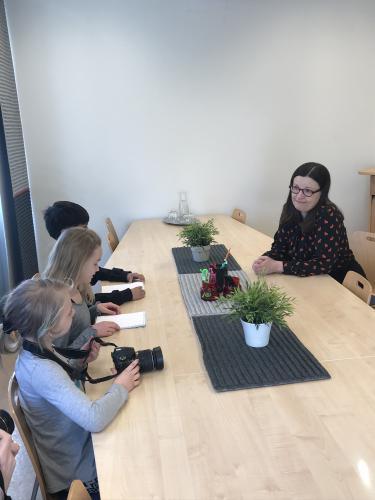 Anna Ekström intervjuas av Bergoftens reportrar