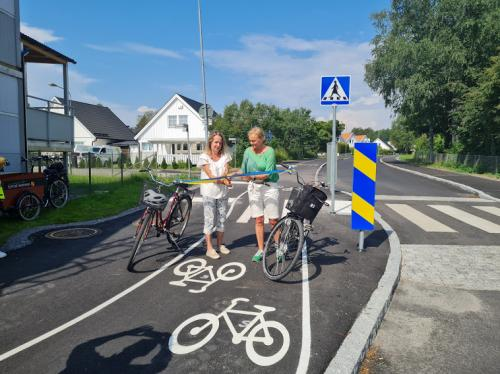 Kommunstyrelsens ordförande Anita Mattsson (S) inviger gång- och cykelbanan tillsammans med Hållbarhetsutskottets ordförande Marie Åkesdotter (MP).