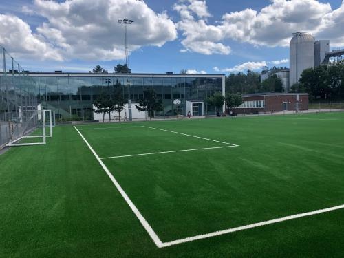 Nyboda skolas fotbollsplan har fått nytt konstgräs utan plastgranulat.