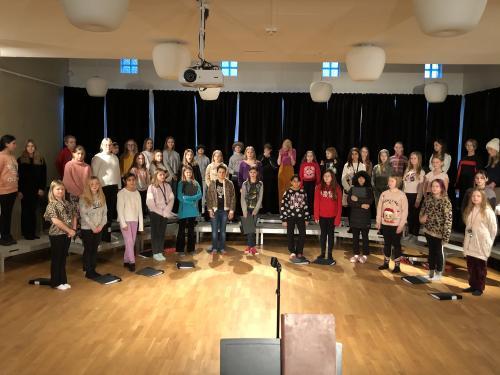 Anna-Carin Jernberg berättar att eleverna i åk 8 och 9 sätter upp en stor musikal tillsammans där professionell regissör och koreograf hyrs in.