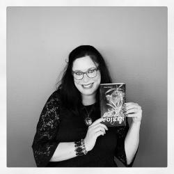 Helena Dahlgren är exalterad över sitt första provexemplar av sin debutroman.
