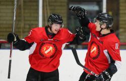 Charlie Ahlberg (t.h) gratulerar Rasmus Davidsson till mål, och just det, tycker Ahlberg att THH borde göra betydligt oftare.