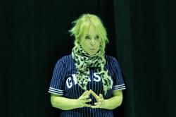 Helena Karlsson undervisar barnen i teaterns sköna konst, men gör det till en lek.