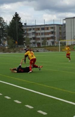 Som vanligt gick det tufft till på Bollmoravallen. Här är det Frida Thörnqvist som brottar ner en Enskedespelare.