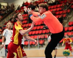 Johan Szybanow sätter 2-2 mellan benen på Linus Olsson